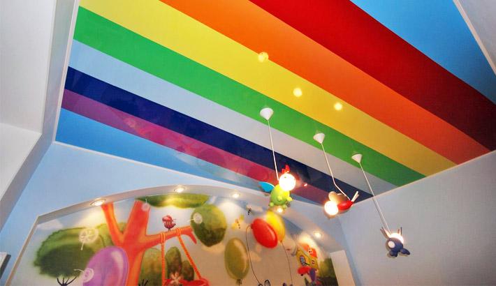 цветные натяжные потолки в картинках